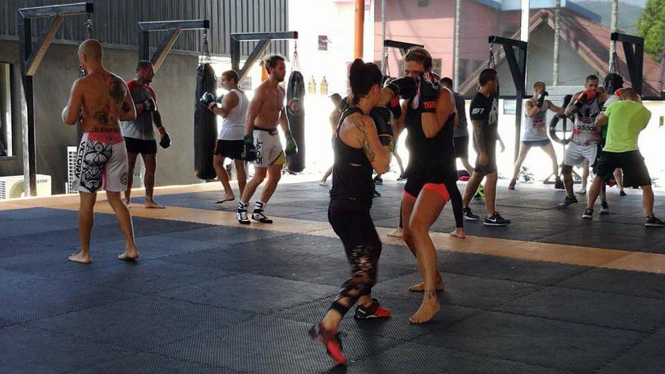 Minna ja muut kick-boxaamassa