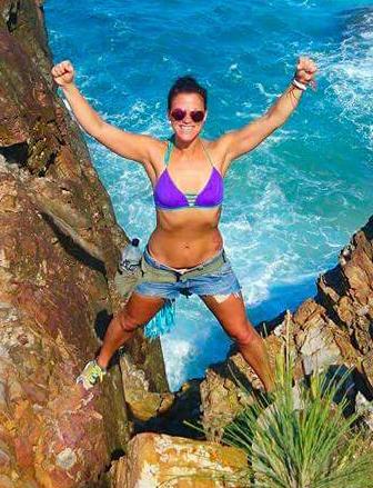 Minna poseeraamassa kalliorannalla